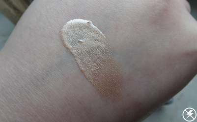 Makeup Revolution Liquid Highlighter Liquid Champagne Swatches No Flash